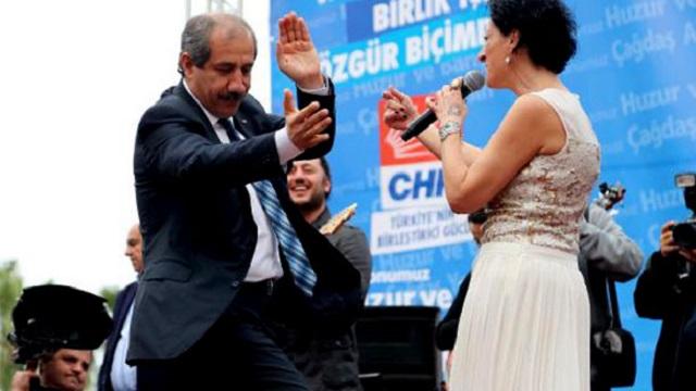 Vekil göbek attı, Başkan şarkı söyledi