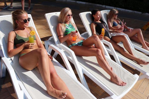 Güzel Rus turistler Antalya tatilinde böyle eğleniyor - Medyafaresi.com  Mobil