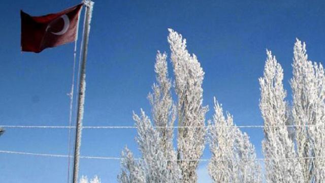 Türk bayrağı soğuktan dondu!