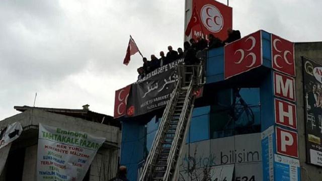 MHP Osmanlıca pankartı kaldırdı