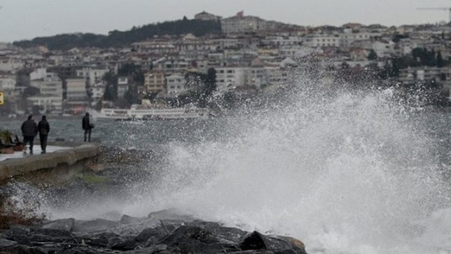 İstanbul'da bir kadını dalgalar yuttu!