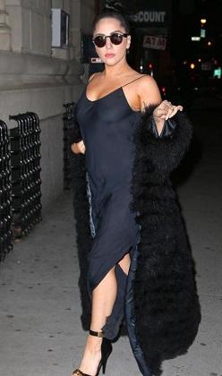 Lady Gaga kıyafetiyle şaşırttı