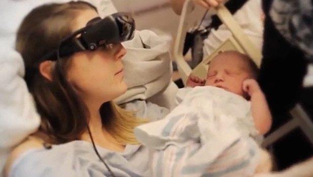 Görme engelli anne bebeğini ilk kez gördü