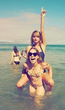 Taylor Swift ilk kez bikinili