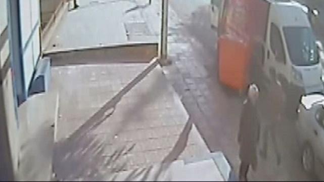 Karısının yanından geçen adamı bıçakladı!