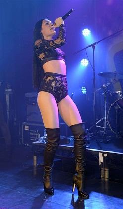 Jessie J sahnede kendinden geçti