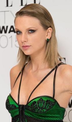 Taylor Swift Elle Stil gecesinde göz doldurdu