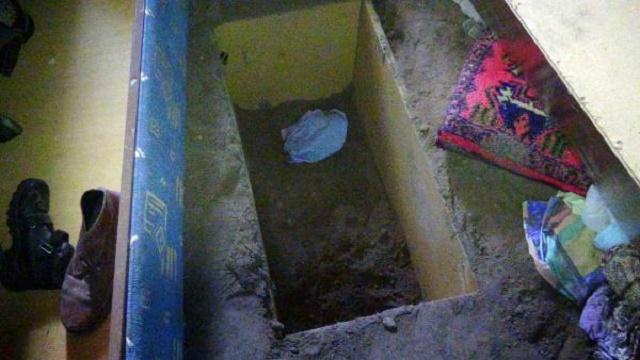 Özel tabuta koyup diri diri eve gömdüler