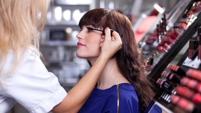 Kadınlar dikkat... Kozmetik standının hileleri