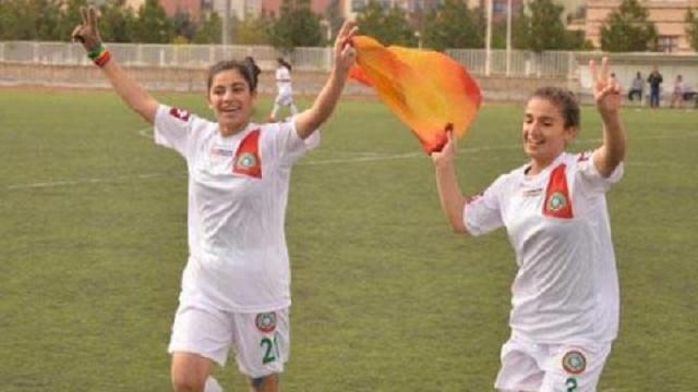 Zafer işareti yapan kadın futbolculara bölücülük suçlaması