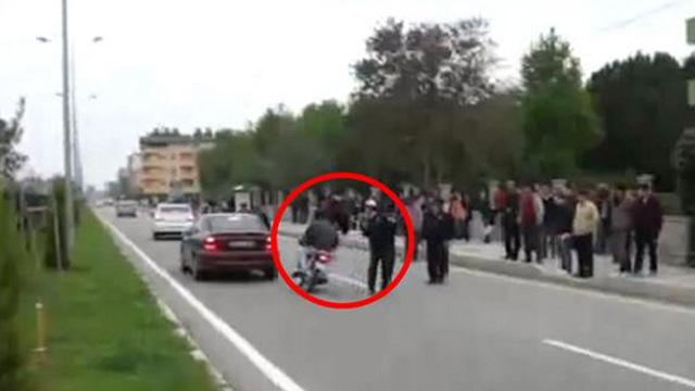Motosiklet sürücüsünün şovuna polis tokadı!