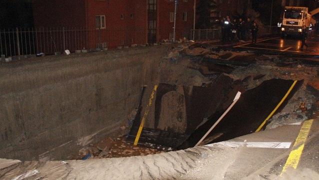 ASKİ borusu patladı; cadde çöktü apartmanları su bastı