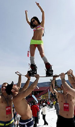Bikinili kayakçılar rekor kırdı