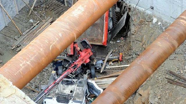 Vinç inşaat çukuruna devrildi, operatör böyle öldü