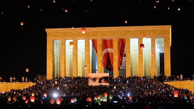 1915 barış feneri Anıtkabir'den gökyüzüne gönderildi