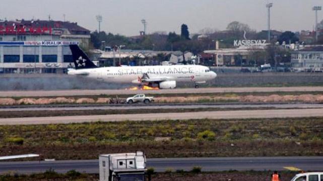 Havada dehşet! Motoru alev alan uçak acil iniş yaptı