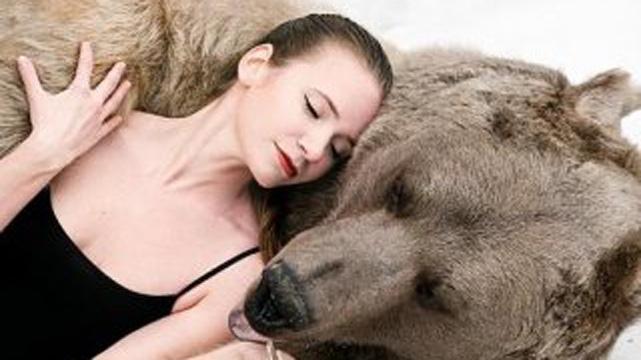 Rus modeller ayılarla poz verdi