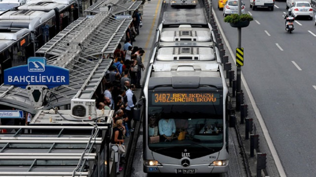 Metrobüs durağında genç kadına taciz şoku