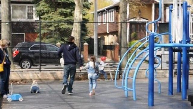 Parktaki çocukları kandırıp kaçırdı, herkes seyretti