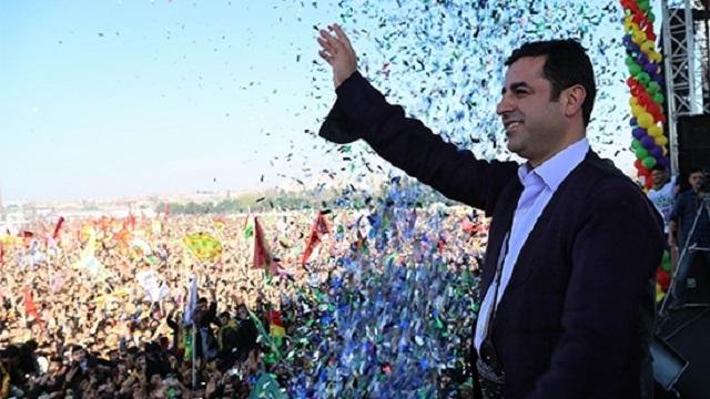 Bırak Davutoğlu kendini iki dakika Başbakan zannetsin
