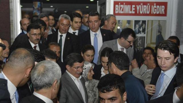 Davutoğlu'ndan MHP seçim bürosuna ziyaret