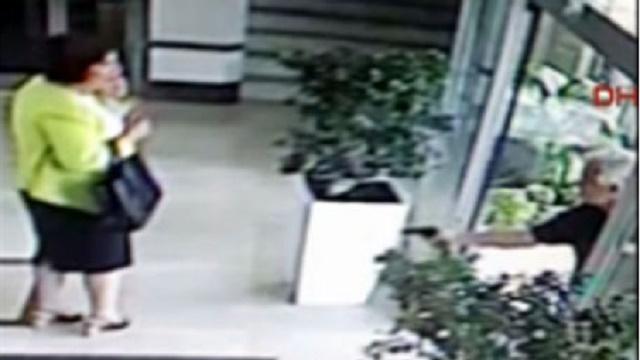 CHP'li kadın adaya saldırı! İşte vurulma anı..