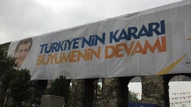 Tarihi kemere asılan dev pankart kaldırıldı