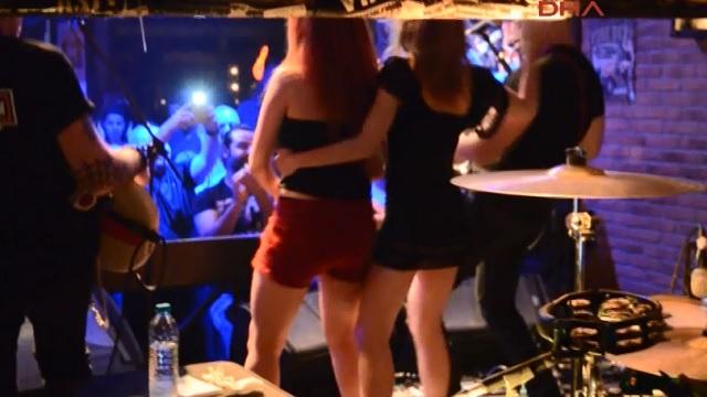 Demir Demirkan konserinde kızların seksi dansı