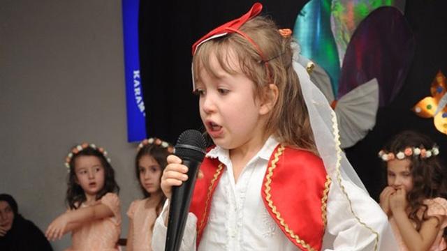 İstiklal Marşı'nı okuyan minik kız gözyaşlarını tutamadı
