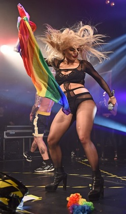 Rita Ora sahnede döktürdü!