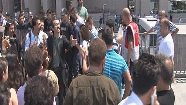 Avukat şehitleri savunan vatandaşı tekmeledi