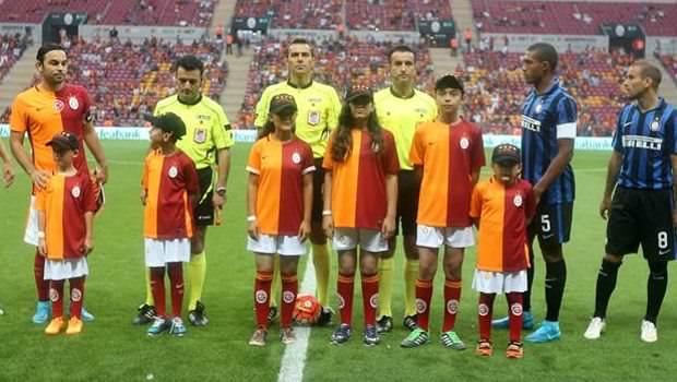 Somalı çocuklar Galatasaray futbolcularıyla sahada