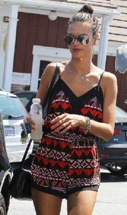Alessandra Ambrosio mini tulumuyla görüntülendi!