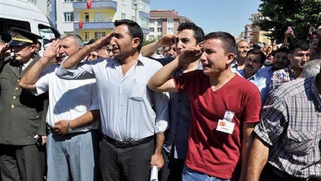 Kardeşleri şehidi asker selamı ile karşıladı