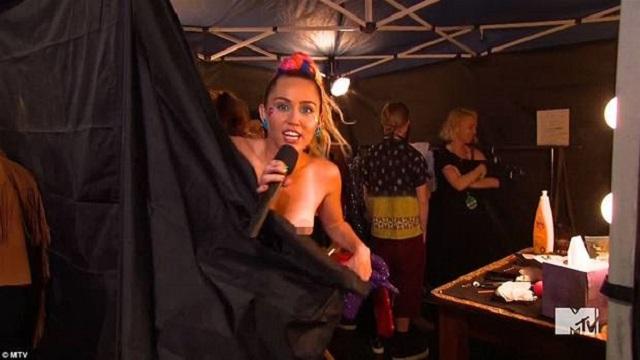 Miley Cyrus canlı yayında göğsünü açtı!