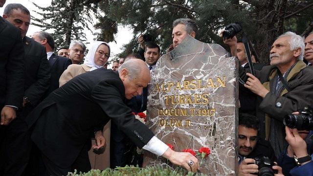 Bahçeli Türkeş'in mezarını zemzem ile yıkattı