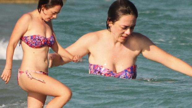 Demet Evgar halk plajında!