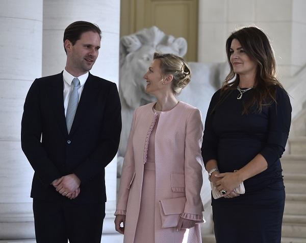 NATO Zirvesine Katılan Lider Eşlerinin Aile Fotoğrafındaki Tek Erkek!